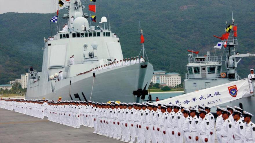 Buques de guerra chinos en una base naval en el sur del país.