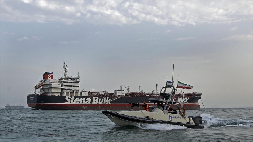 Una unidad de la Fuerza Naval del CGRI de Irán vigila el retenido petrolero británico Stena Impero, Bandar Abás, 21 de julio de 2019. (Foto: AFP)