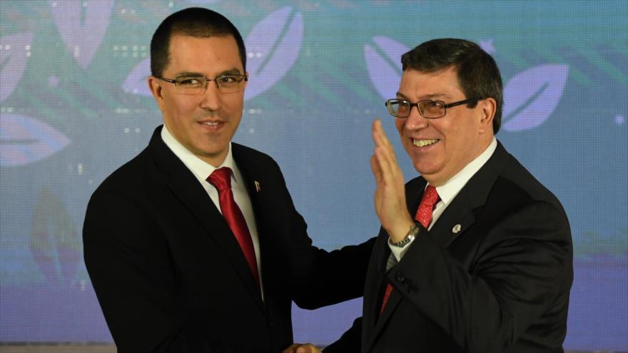 Canciller cubano, Bruno Rodríguez, y su par venezolano, Jorge Arreaza, se saludan en Caracas, capital de Venezuela, 20 de julio de 2019. (Foto: AFP)