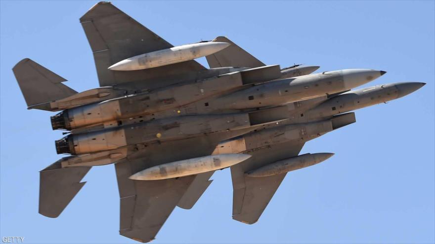 Cazas saudís, modelo F-15, sobrevuela una base militar en Riad, capital de Arabia Saudí, 25 de enero de 2017.