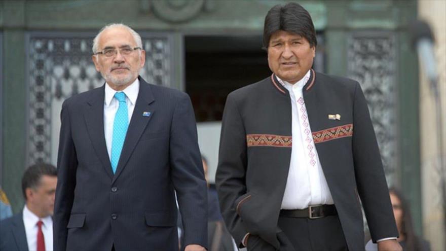 El actual presidente de Bolivia, Evo Morales (dcha.), y su rival Carlos Mesa.