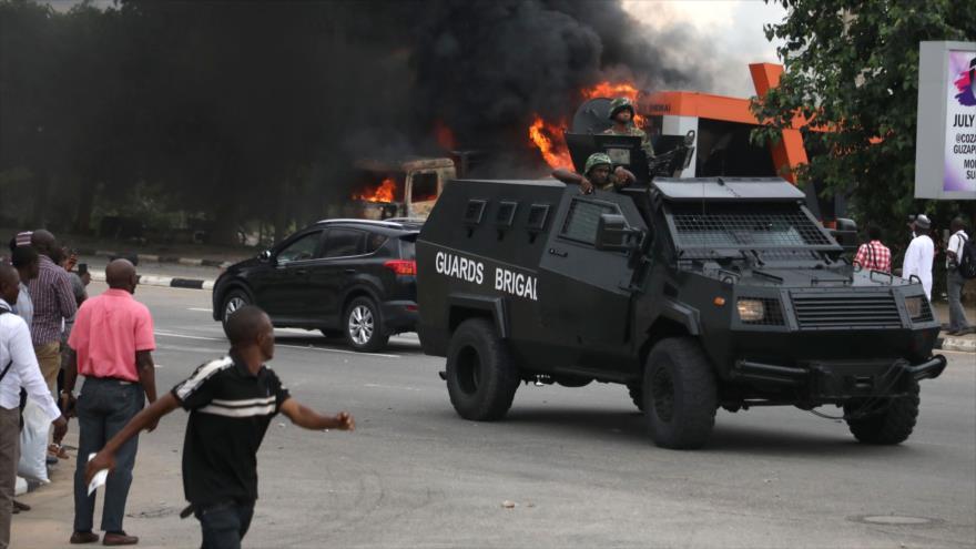 Vehículos blindados de la Policía de Nigeria patrullan en las calles de Abuya, la capital nigeriana, 22 de julio de 2019. (Foto: AFP)