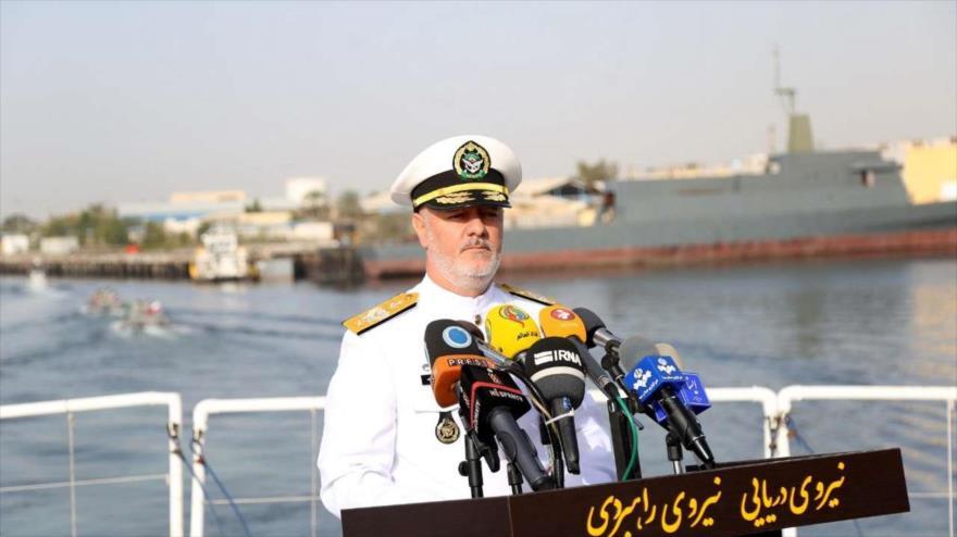 El comandante de la Fuerza Naval del Ejército de Irán, el almirante Hosein Janzadi, habla en una ceremonia oficial en las costas sureñas del país persa.