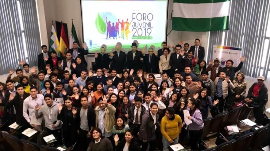 El canciller iraní, Mohamad Yavad Zarif, junto a autoridades bolivianas, asiste a una reunión en la Universidad Gabriel René Moreno, 23 de julio de 2019.