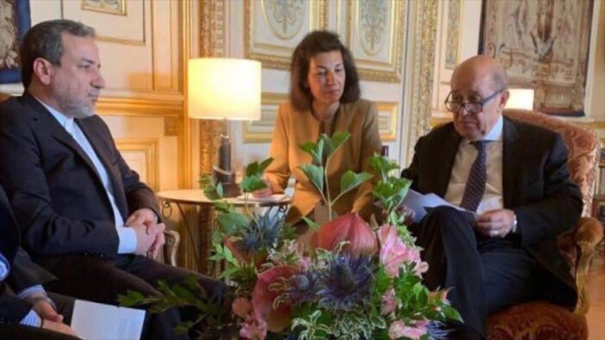 El vicecanciller para Asuntos Políticos, Seyed Abás Araqchi (izq.), y el canciller francés, Jean-Yves Le Drian, París, capital gala, 23 de julio de 2019.