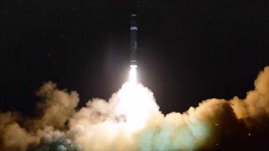 Corea del Norte lanza un misil intercontinental Hwasong-15, 29 de noviembre de 2017. (Foto: AFP)