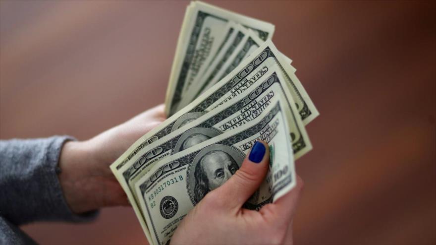 Una estratega del banco estadounidense JPMorgan Chase advierte de que el dominio del dólar estaría llegando a su fin.