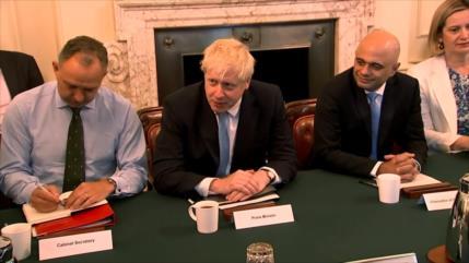 """Aumentan las presiones sobre Johnson para evitar un """"brexit duro"""""""