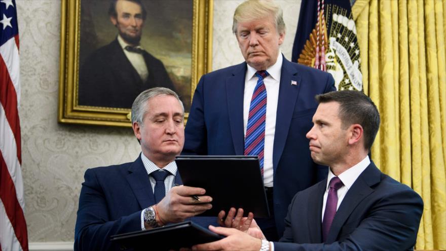 El ministro del Interior de Guatemala (izda.) y el secretario interino de Seguridad Nacional de EE.UU. firman un acuerdo, 26 de julio de 2019. (Foto: AFP)