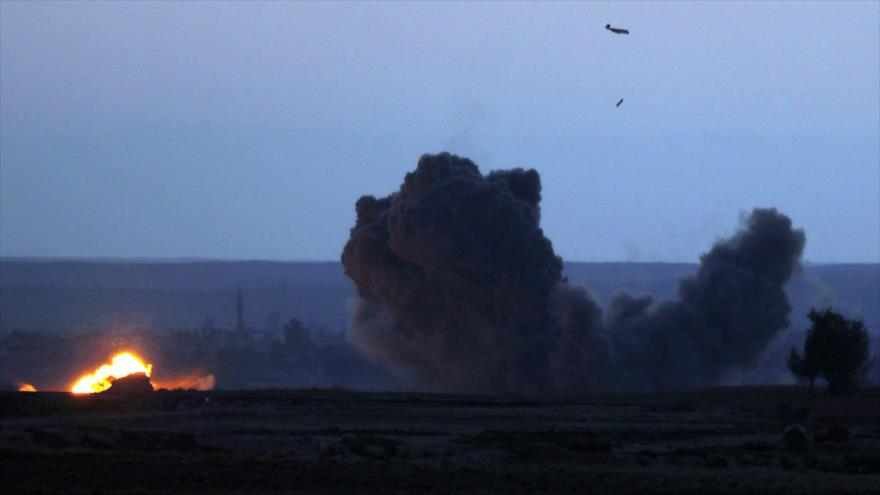Una nube de humo se eleva después de un bombardeo de la llamada coalición anti-EIIL en un pueblo sirio en Deir Ezzor, 19 de febrero de 2019. (Foto: AFP)