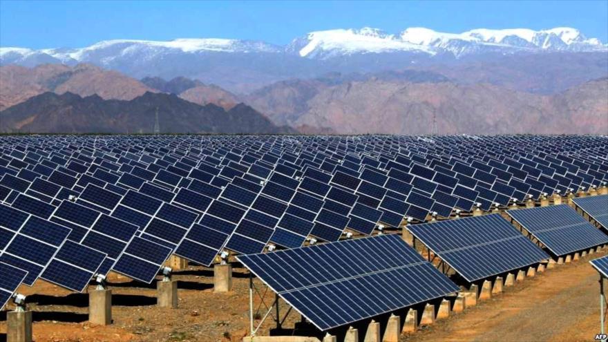 Una planta de energía solar, situada en la provincia de Hamedan, oeste de Irán. (Foto: IRNA)