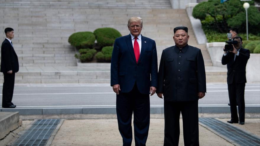 El presidente de EE.UU., Donald Trump (izda.), y el líder norcoreano, Kim Jong-un, en Panmunjom, 30 de junio de 2019. (Foto: AFP)