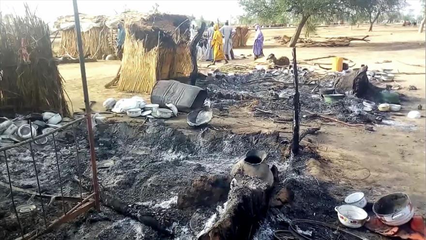 Las cenizas se ven sobre el suelo en Buda, cerca de Maiduguri, tras el ataque del grupo terrorista Boko Haram, el 28 de julio de 2019. (Foto: AFP)