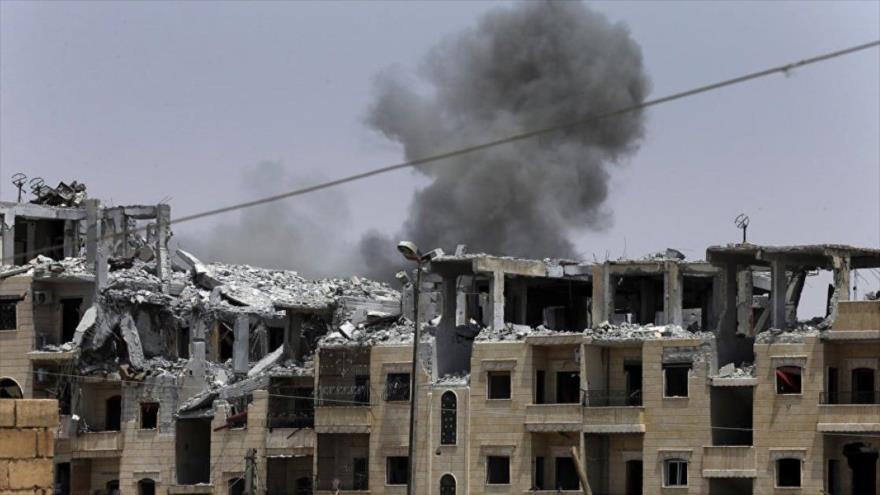 Columna de humo ocasionada por un ataque aéreo perpetrado por la la llamdada coalición anti-Daesh en la ciudad siria de Al-Raqa.