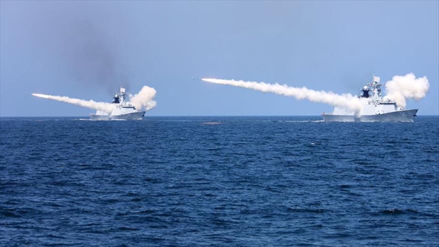 Buques de la Armada china disparan misiles en un simulacro militar en las aguas del Bohai, en el mar de la China Oriental, 7 de agosto de 2017.