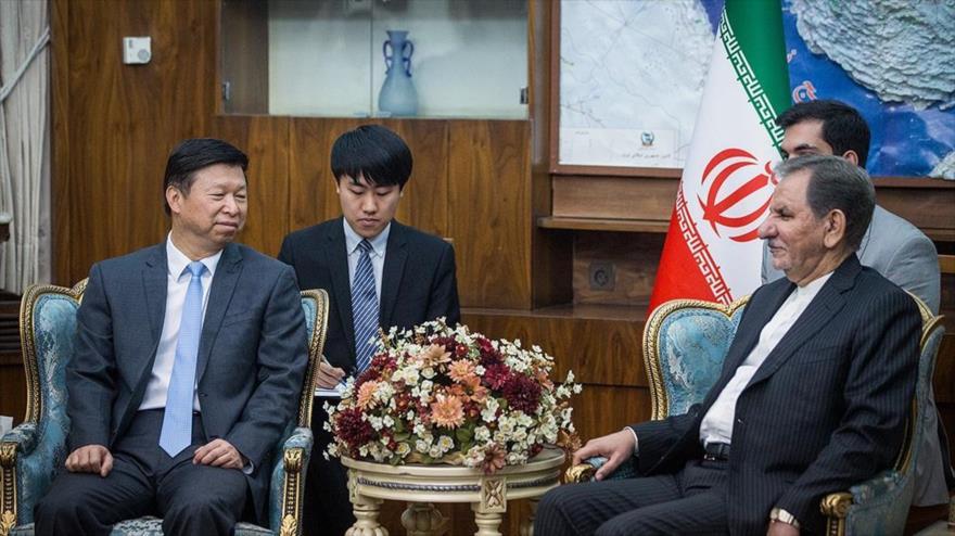 El vicepresidente iraní, Eshaq Yahangiri (dcha.) y Song Tao, un alto cargo del Partido Comunista de China, Teherán, 29 de julio de 2019. (Foto: FARS)