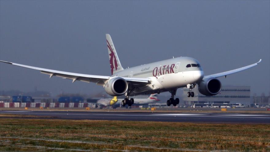 Un avión de la aérolinea oficial de Catar, Qatar Airways.