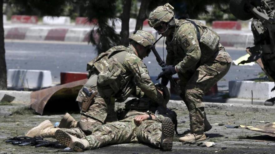 Tres soldados estadounidenses tra una explosión en Kabul, capital de Afganistán.