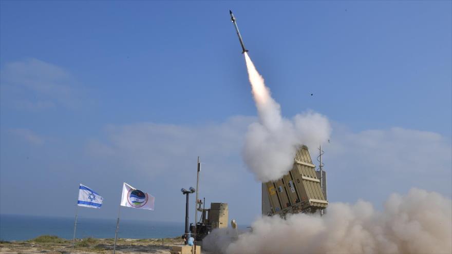Un misil lanzado desde la base aérea de Palmachim en el centro de los territorios ocupados palestinos, 4 de julio de 2018.