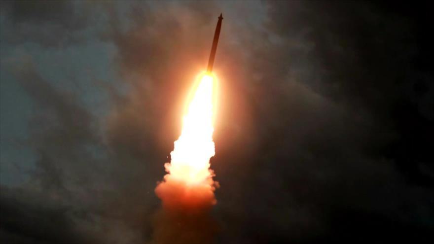 Un misil balístico lanzado desde el suelo norcoreano, 31 de julio de 2019. (Foto: AFP)