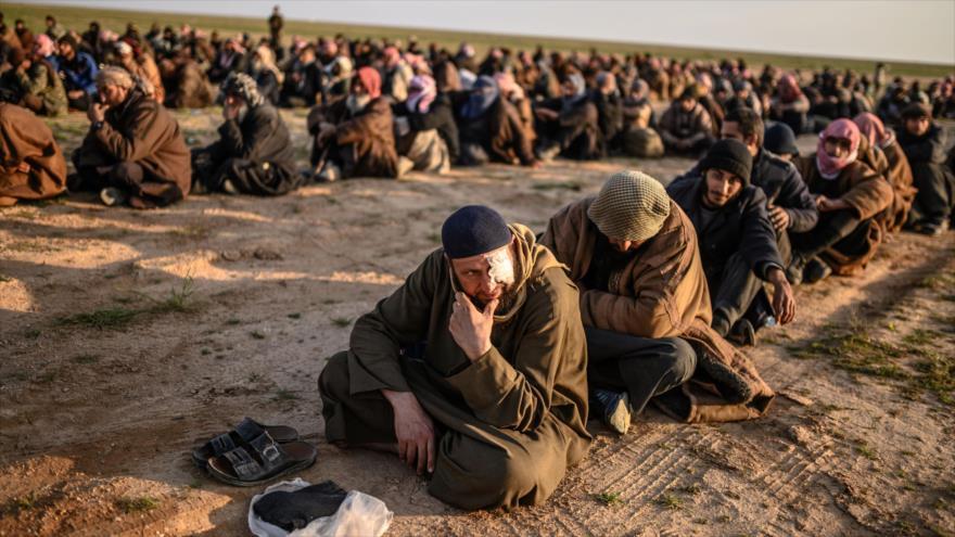 Hombres sospechosos de terroristas de EIIL (Daesh, en árabe) en la ciudad siria de Deir Ezzor, el 22 de febrero de 2019. (Foto: AFP)