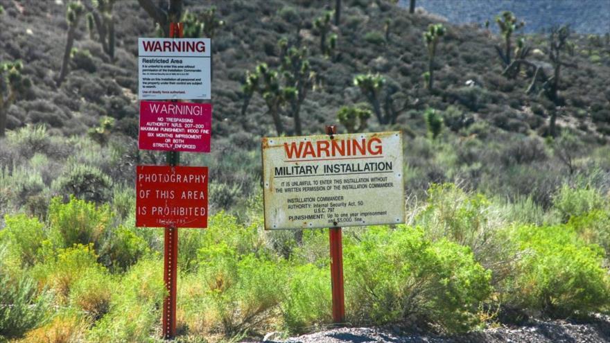 Cárteles de advertencia en una zona militar en EE.UU.