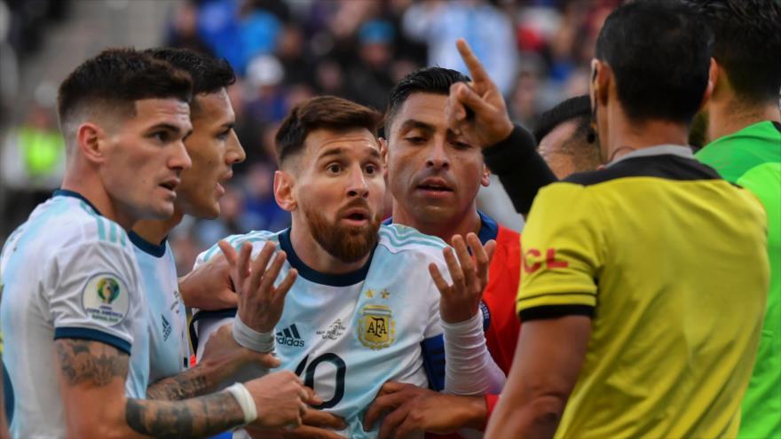 El astro argentino Lionel Messi (centro) habla con el árbitro después de expulsarse del partido en Sao Paulo, Brasil, 6 de julio de 2019. (Foto: AFP)