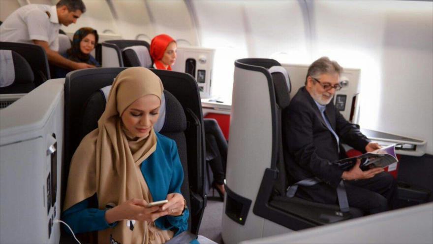 Pasajeros en un vuelo de la aerolínea Iran Air.