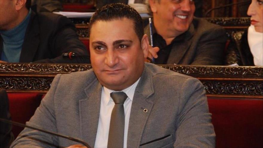 El diputado sirio Muhannad al-Haj Ali participa en una sesión del Parlamento Nacional de Siria.