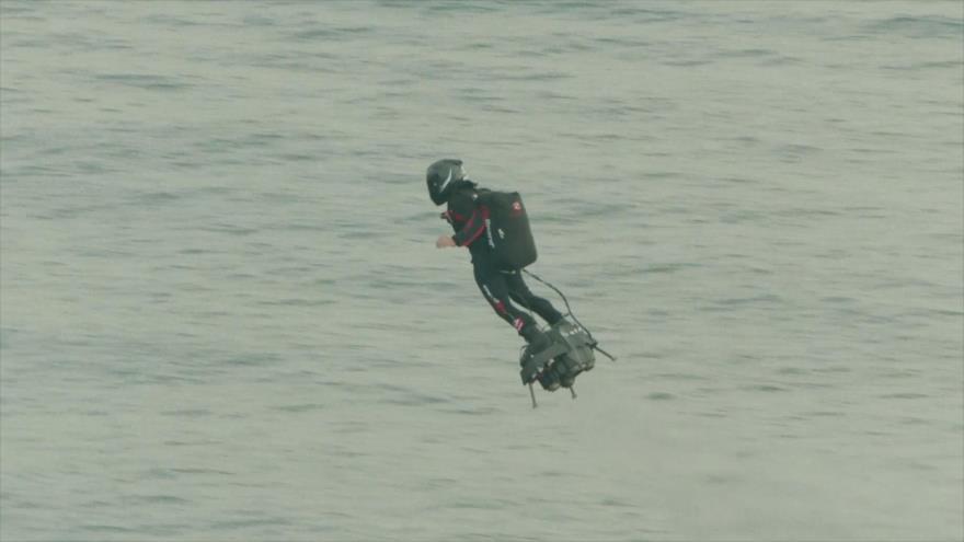El hombre volador cruza canal de la Mancha