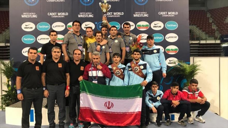 La selección cadete de lucha grecorromana de Irán gana el primer puesto en el Campeonato Mundial de Cadetes 2019 en Bulgaria, 4 de agosto de 2019. (Foto: iawfa)