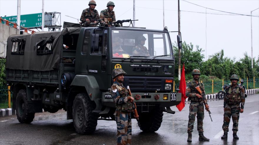 El personal de seguridad indio hace guardia en una calle en el estado indio de Jammu y Cachemira, 5 de agosto de 2019. (Foto: AFP)