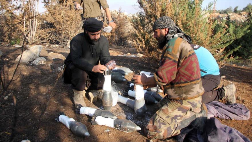 Rebeldes sirios preparan cohetes para atacar posiciones de las fuerzas sirias y sus aliados, Alepo.
