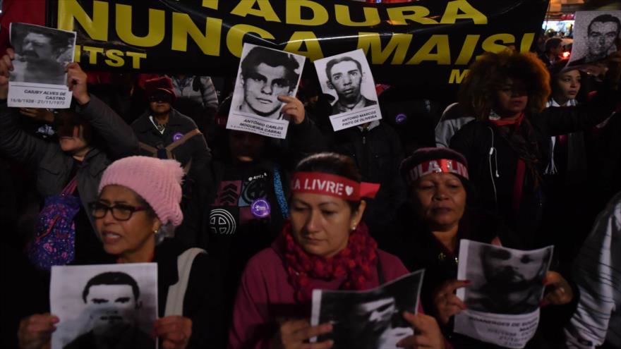 Brasileños protestan contra Bolsonaro y su defensa de la dictadura | HISPANTV