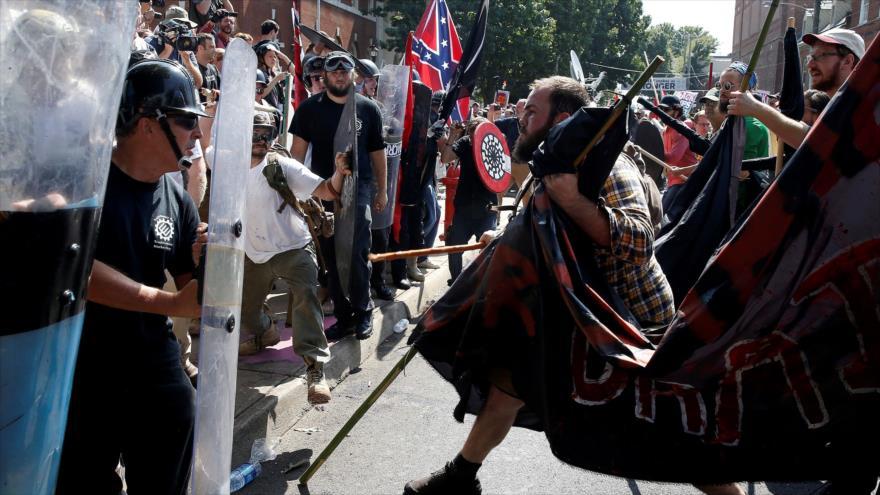 Supremacistas blancos se enfrentaron con los manifestantes en una protesta contra la violencia racial en Charlottesville, Virginia, EE.UU., 12 de agosto de 2017.