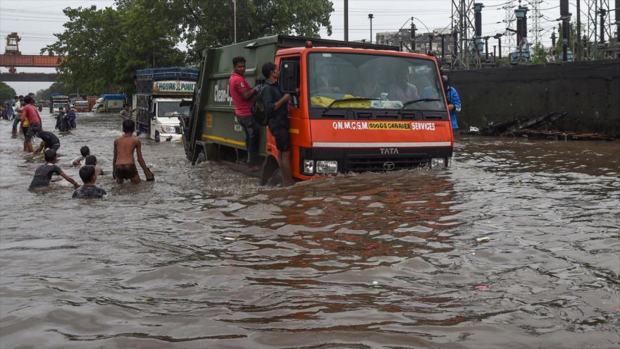 Fuerte lluvia afecta a los ciudadanos indios en la ciudad de Mumbai, 4 de agosto de 2019. (Foto: AFP)