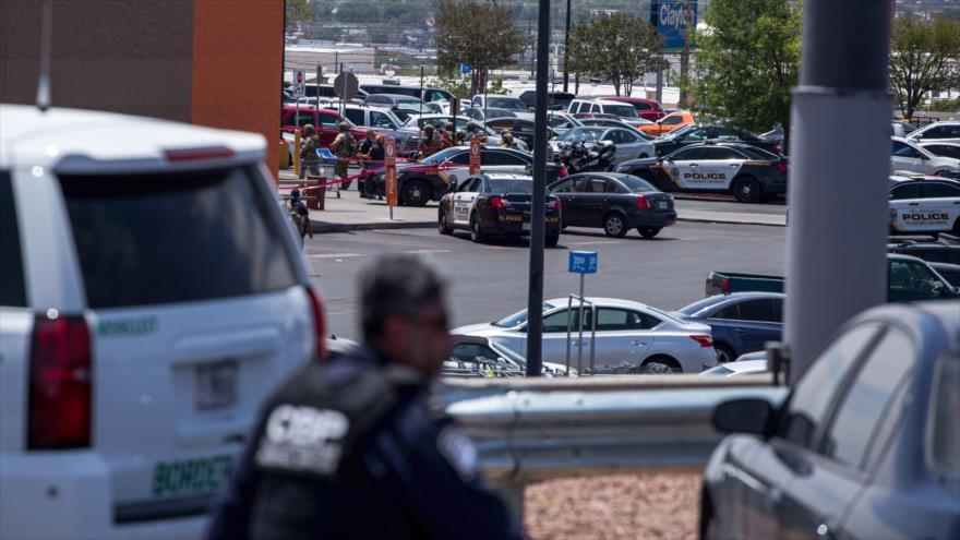 Los agentes policiales estadounidenses durante el tiroteo registrado en un centro comercial en El Paso, en Texas, 3 de agosto de 2019. (Foto: AFP)