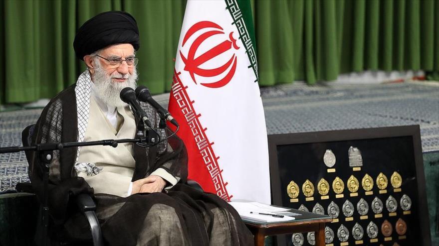 El Líder de Irán, el ayatolá Seyed Ali Jamenei, ofrece un discurso en una reunión con un grupo de jóvenes élites iraníes, 7 de agosto de 2019.