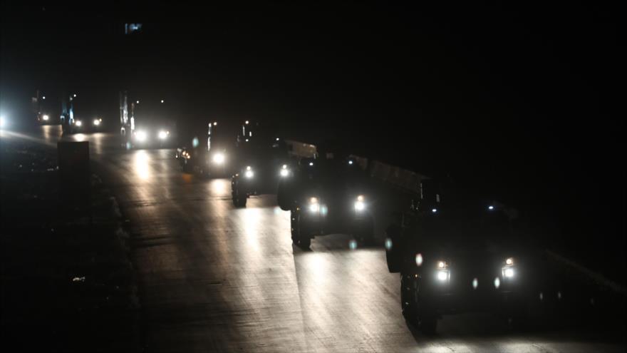 Convoy militar de Turquía en la ciudad de Saraqib, en la carretera Idlib-Alepo, 27 de junio de 2019. (Foto: AFP)