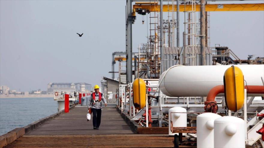 Una plataforma petrolera en la isla irnaí de Jark, en el Golfo Pérsico.