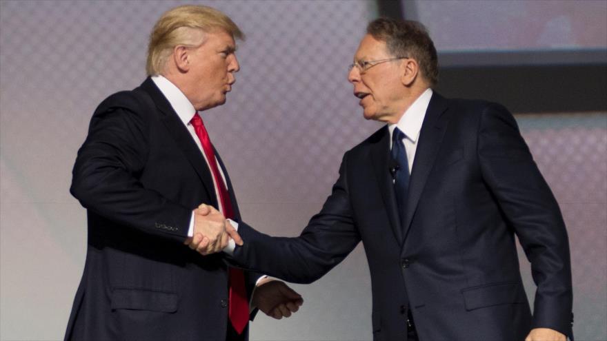 El presidente de EE.UU., Donald Trump (izda.), con Wayne LaPierre, jefe de la Asociación Nacional del Rifle (NRA), en Georgia, 28 de abril de 2017. (Foto: AFP)