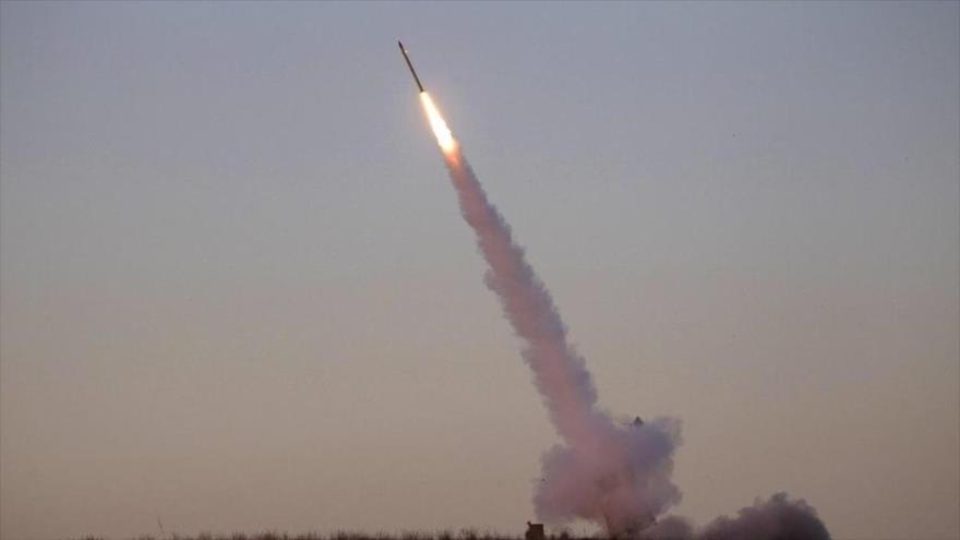 Fuerzas yemeníes disparan un misil hacia un blanco saudí.