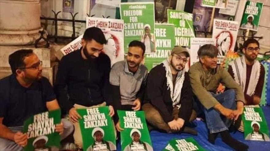 Simpatizantes del líder musulmán el sheij Ibrahim al-Zakzaky realizan una sentada en Londres, capital británica, para pedir su excarcelación.