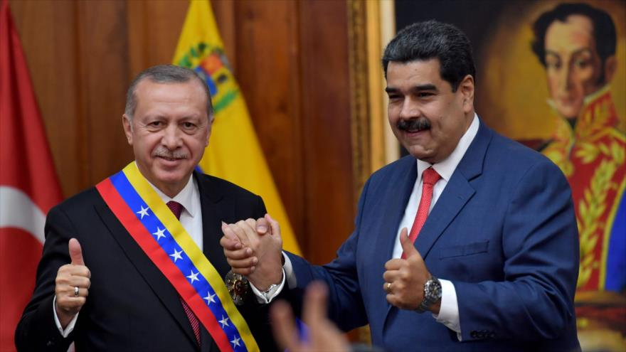 El presidente venezolano, Nicolás Maduro (dcha.), y su par turco, Recep Tayyip Erdogan, en Caracas, capital venezolana, 3 de diciembre de 2018. (Foto: AFP)