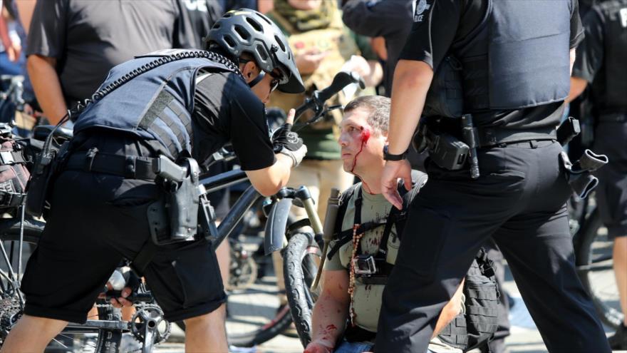 Policías estadounidenses detienen a un manifestante en una marcha contra el racismo.