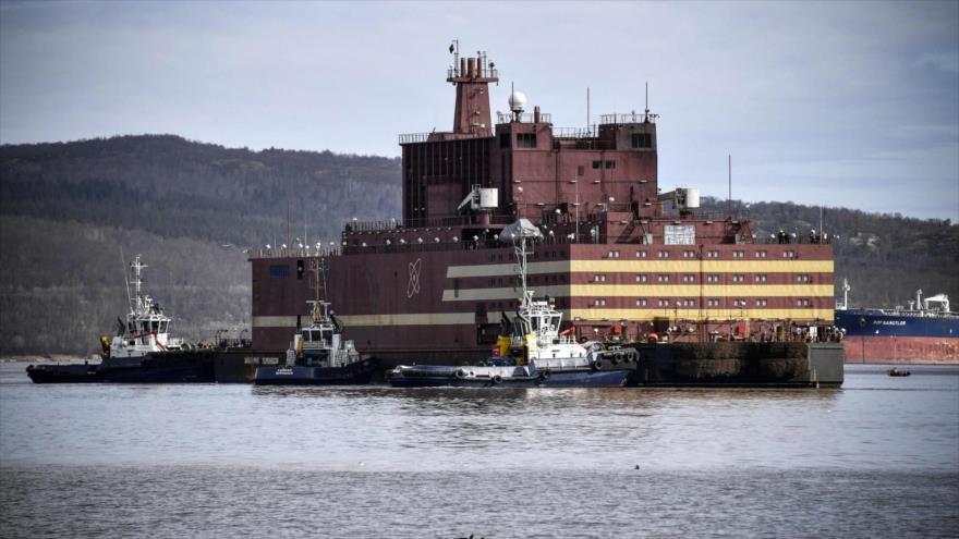 La Unidad de energía flotante nuclear Akademik Lomonosov, llega al puerto de Murmansk para ser repostada con combustible nuclear, 19 de mayo de 2019. (Foto: AFP)