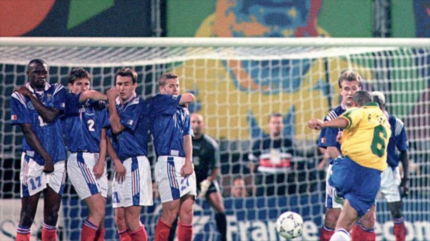 Roberto Carlos repite su gol que rompió las leyes de la física
