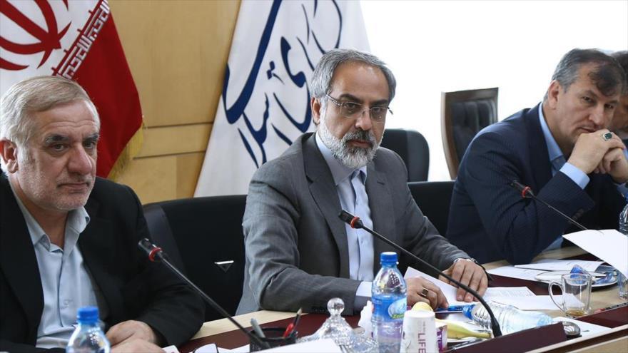 Presidente del Comité de Relaciones Exteriores de la Comisión de Seguridad Nacional y Política Exterior del Parlamento iraní, Kamal Dehqani Firuzabadi (centro).