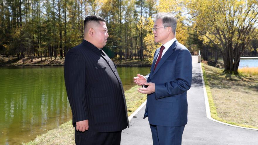 El líder norcoreano, Kim Jong-un (izq.) y el presidente surcoreano, Moon Jae-in, en Samjiyon, en Corea del Norte, 20 de septiembre de 2018. (Foto: AFP)