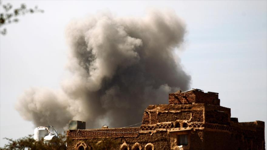 Una columna de humo se eleva tras un bombardeo saudí a una zona residencial yemení, Saná (capital), 22 de enero de 2017. (Foto: AFP)